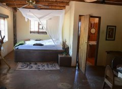 Eningu Clayhouse Lodge, UnterKunft in Windhoek