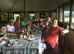 Familienessen in der Redcliff Zambezi Lodge in Luangwa